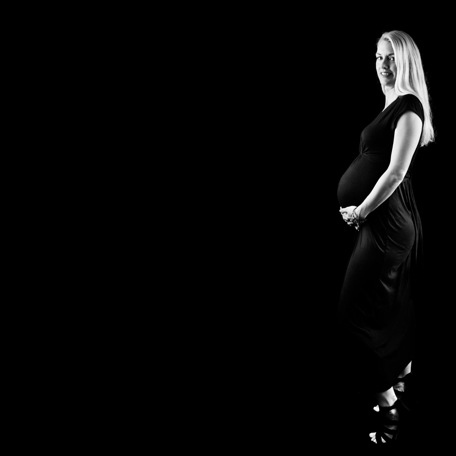 zwangerschap fotografie stijlvol zwangerschap foto zwart wit foto bolle buik foto Zalmiy Paeez Fotografie Haarlem Heemstede